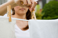 洗濯物を干す女性の手元