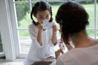 トランプをする母と娘 24024000011| 写真素材・ストックフォト・画像・イラスト素材|アマナイメージズ