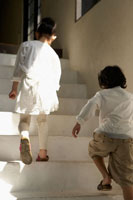 階段を上がる少年少女の後ろ姿