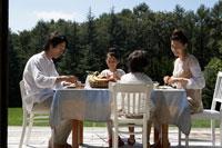 朝食を食べる家族4人