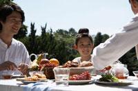 朝食を食べる家族3人 24024000076| 写真素材・ストックフォト・画像・イラスト素材|アマナイメージズ