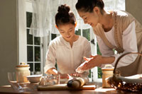パン生地を作る母と娘 24024000098| 写真素材・ストックフォト・画像・イラスト素材|アマナイメージズ