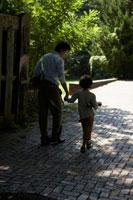 薪を持ち歩く父と息子の後ろ姿