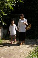 花カゴを持ち歩く母と娘