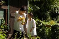 花を持つ母と娘