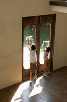 窓拭きをする少年少女 24024000163A| 写真素材・ストックフォト・画像・イラスト素材|アマナイメージズ