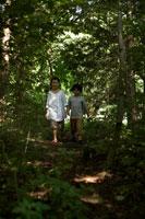 森の中を歩く少年少女