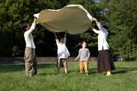 敷物を広げる家族4人 24024000199| 写真素材・ストックフォト・画像・イラスト素材|アマナイメージズ