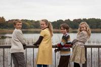 振り向く少年少女4人 24024000229  写真素材・ストックフォト・画像・イラスト素材 アマナイメージズ