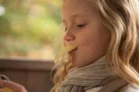 ポテトチップスを食べる少女