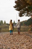 つり道具を持つ少年少女2人の後ろ姿 24024000254| 写真素材・ストックフォト・画像・イラスト素材|アマナイメージズ