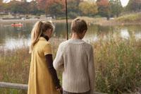 つり道具を持つ少年少女2人の後ろ姿 24024000255| 写真素材・ストックフォト・画像・イラスト素材|アマナイメージズ