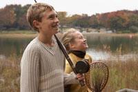 つり道具を持つ少年少女2人 24024000257A| 写真素材・ストックフォト・画像・イラスト素材|アマナイメージズ