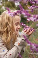 花をかぐ少女 24024000258| 写真素材・ストックフォト・画像・イラスト素材|アマナイメージズ