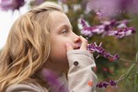 花をかぐ少女 24024000259| 写真素材・ストックフォト・画像・イラスト素材|アマナイメージズ