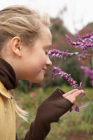 花をかぐ少女 24024000260| 写真素材・ストックフォト・画像・イラスト素材|アマナイメージズ