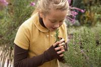 ハーブをかぐ少女 24024000261| 写真素材・ストックフォト・画像・イラスト素材|アマナイメージズ
