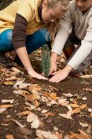 苗を植える少年少女2人 24024000266| 写真素材・ストックフォト・画像・イラスト素材|アマナイメージズ