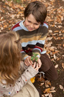 苗を持つ少年少女2人 24024000269| 写真素材・ストックフォト・画像・イラスト素材|アマナイメージズ