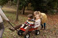 台車に乗って遊ぶ少年少女4人