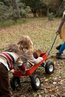 台車に乗って遊ぶ少年少女3人
