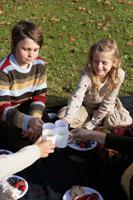 ピクニックをする少年少女4人 24024000296| 写真素材・ストックフォト・画像・イラスト素材|アマナイメージズ