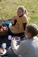ピクニックをする少年少女2人 24024000298| 写真素材・ストックフォト・画像・イラスト素材|アマナイメージズ