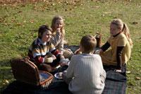 ピクニックをする少年少女4人 24024000299| 写真素材・ストックフォト・画像・イラスト素材|アマナイメージズ