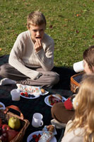 ピクニックをする少年少女3人 24024000300| 写真素材・ストックフォト・画像・イラスト素材|アマナイメージズ