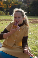 ケーキを食べる少女 24024000301| 写真素材・ストックフォト・画像・イラスト素材|アマナイメージズ