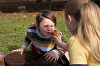 少女にケーキを食べさせてもらう少年 24024000302| 写真素材・ストックフォト・画像・イラスト素材|アマナイメージズ