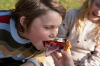 少女にケーキを食べさせてもらう少年 24024000303| 写真素材・ストックフォト・画像・イラスト素材|アマナイメージズ