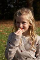 イチゴを食べる少女