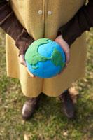 粘土の地球を持つ少女の手元