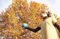 粘土の地球を持ち上げる少女
