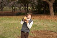 フットボールを受ける少年 24024000320| 写真素材・ストックフォト・画像・イラスト素材|アマナイメージズ