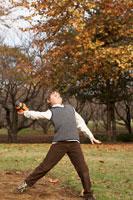 フットボールを投げる少年 24024000321| 写真素材・ストックフォト・画像・イラスト素材|アマナイメージズ