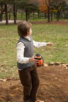 フットボールを投げようとする少年 24024000322| 写真素材・ストックフォト・画像・イラスト素材|アマナイメージズ