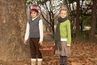 リンゴのかごを持つ少年少女2人