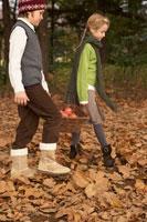 リンゴのかごを持つ少年少女2人 24024000326| 写真素材・ストックフォト・画像・イラスト素材|アマナイメージズ