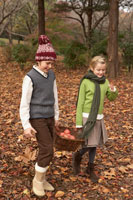 リンゴのかごを持つ少年少女2人 24024000328| 写真素材・ストックフォト・画像・イラスト素材|アマナイメージズ