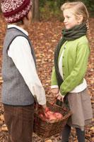 リンゴのかごを持つ少年少女2人 24024000329| 写真素材・ストックフォト・画像・イラスト素材|アマナイメージズ