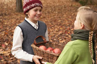 リンゴのかごを持つ少年少女2人 24024000332| 写真素材・ストックフォト・画像・イラスト素材|アマナイメージズ