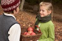 リンゴのかごを持つ少年少女2人 24024000333| 写真素材・ストックフォト・画像・イラスト素材|アマナイメージズ