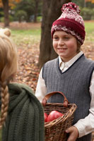 リンゴのかごを持つ少年少女2人 24024000334| 写真素材・ストックフォト・画像・イラスト素材|アマナイメージズ