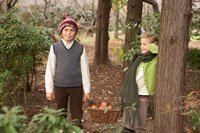 森の中に佇む少年少女2人 24024000335| 写真素材・ストックフォト・画像・イラスト素材|アマナイメージズ