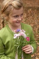 花束を持つ少女 24024000357| 写真素材・ストックフォト・画像・イラスト素材|アマナイメージズ
