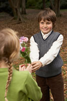少女に花束をあげる少年 24024000358| 写真素材・ストックフォト・画像・イラスト素材|アマナイメージズ