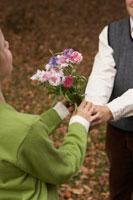 少女に花束をあげる少年 24024000359| 写真素材・ストックフォト・画像・イラスト素材|アマナイメージズ