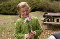 花束を持ち笑う少女 24024000360| 写真素材・ストックフォト・画像・イラスト素材|アマナイメージズ